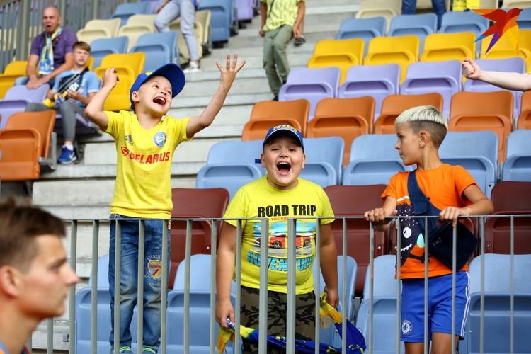 Радость юных фанатов.