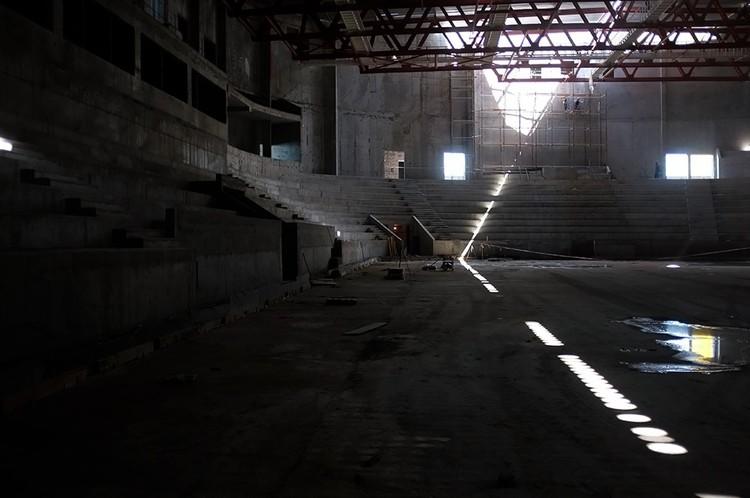 Внутри здания сейчас пусто и темно. Фото: Дмитрий Орлов