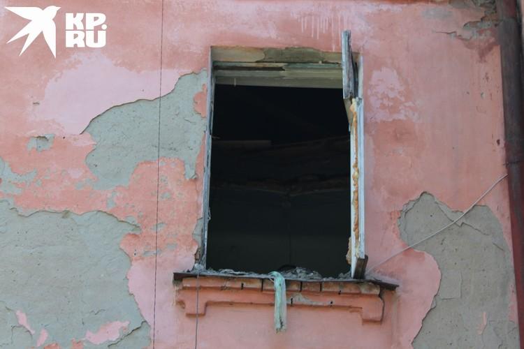 Пенсионер жаловался на провисший потолок в комнате.