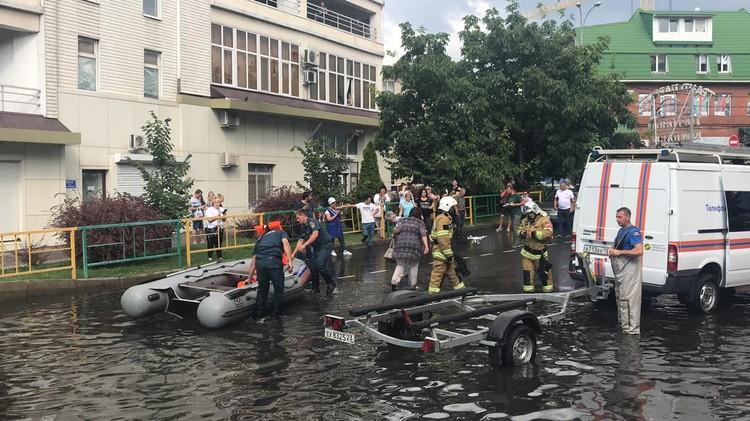 Людей доставляют на сухой участок улицы. Фото: ГУ МЧС по Краснодарскому краю.