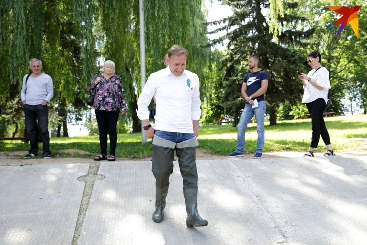 Андрей Дмитриев в резиновых сапогах зашел в пруд. Так он хотел показать абсурдность ситуации: всего в Минске для кандидатов в президенты выделено 6 мест для проведения митингов. Одно из таких мест находится в Тучинском сквере.