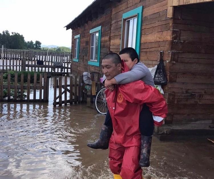 Спасатели помогают жителям выбраться из затопленных домов Фото: МЧС Тувы
