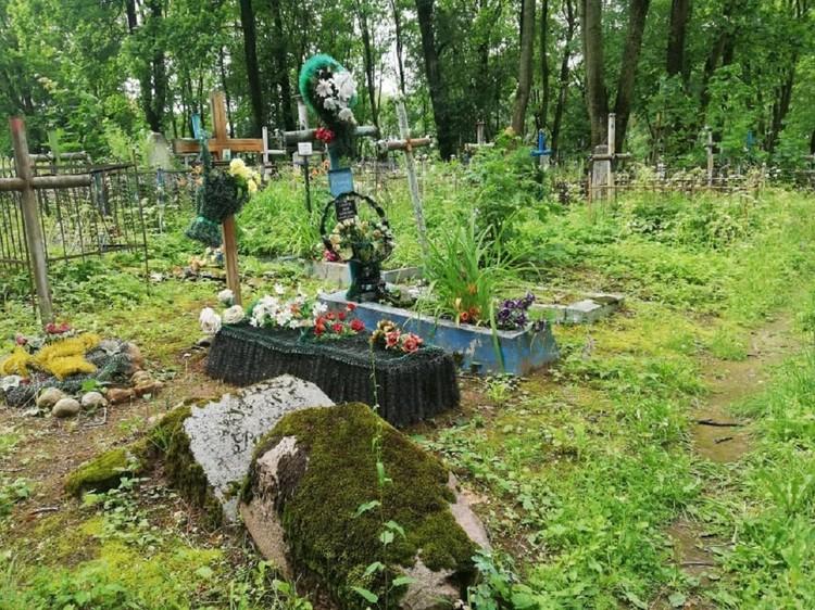 Часть кладбища все же выглядит ухоженной. Могилы возле костела регулярно убирают волонтеры. К некоторым похороненным здесь приходят росдтвенники