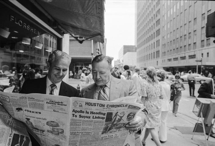 Жители Хьюстона просматривают газетные репортажи о полете космических кораблей. Виктор БУДАН/ТАСС