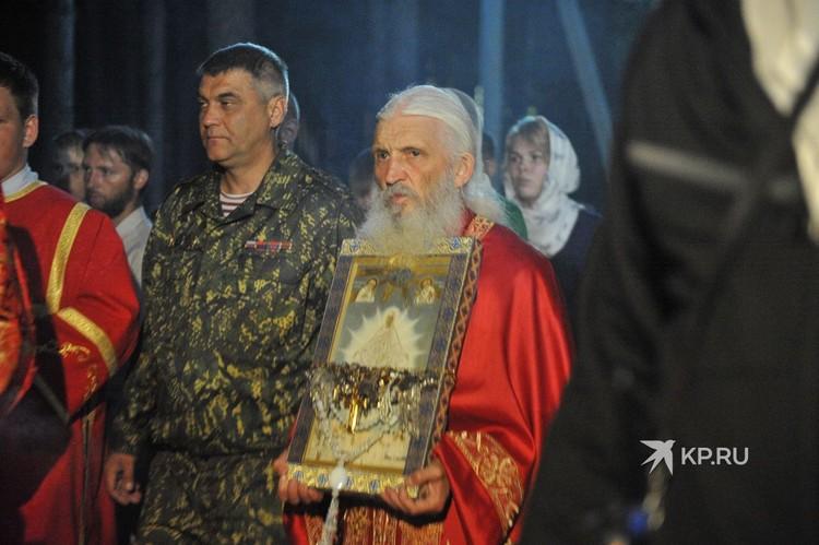 В ночь с 16 на 17 июля схиигумен Сергий провел крестный ход в Среднеуральском женском монастыре