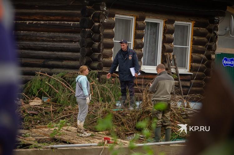 Участковые полицейские обходят дома в зоне подтопления и разговаривают с теми, кто не эвакуировался