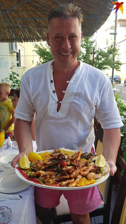 Алесь радуется, что морепродуктов можно поесть дешевле, чем в Италии, что в 150 километрах от Албании. Фото: семейный архив.