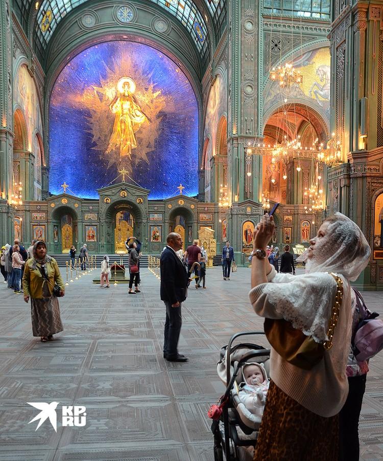 В главном военном соборе России идет церковная жизнь - проводятся службы и таинства.