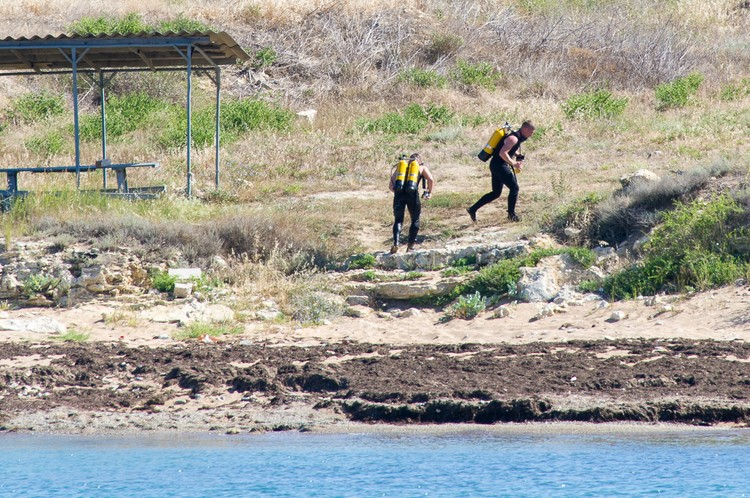 Завидев патрульный катер группа диверсантов пытается скрыться от преследования