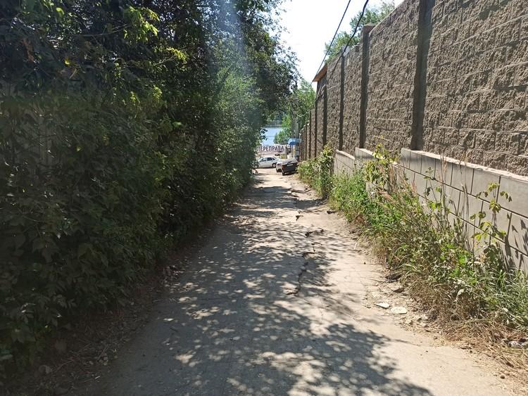 Улочка Полтавская ведет прямо к переправе на остров Зелененький.