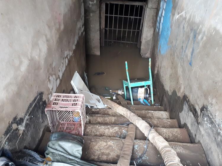 Вода поднялась на такой уровне в доме №29 по улице Новостроительной