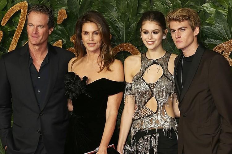 Синди Кроуфорд с мужем Рэнди Гербером, дочкой Кайей и сыном Пресли.