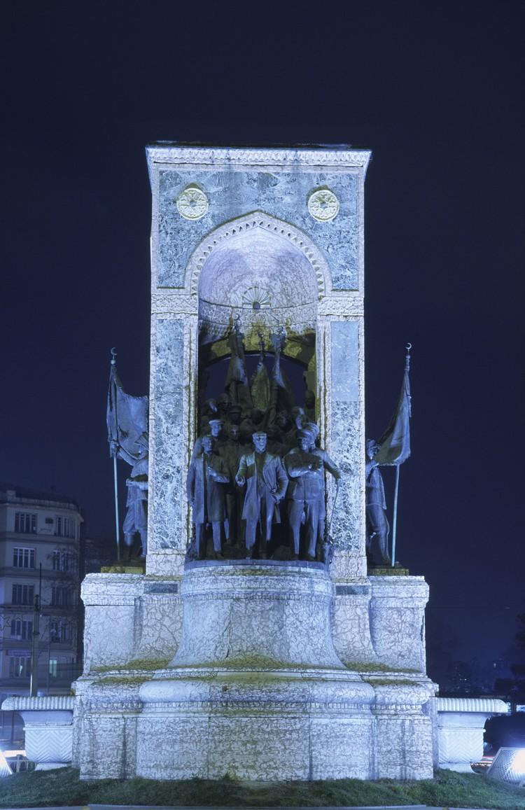 Памятник Ворошилову на площади Таксим в Стамбуле.