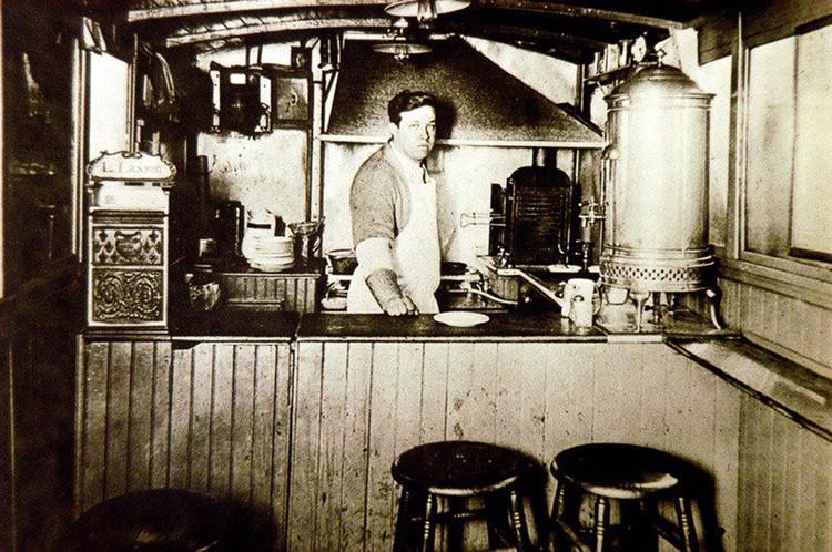 Луис Лассен, именно ему приписывают лавры изобретателя национального блюда США. Фото: Louis' Lunch @ Facebook