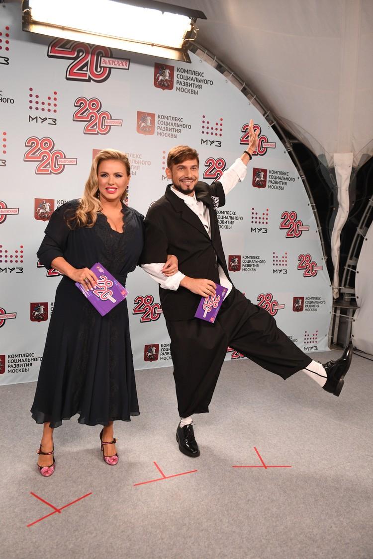Ведущие шоу - Анна Семенович и Андрей Разыграев.
