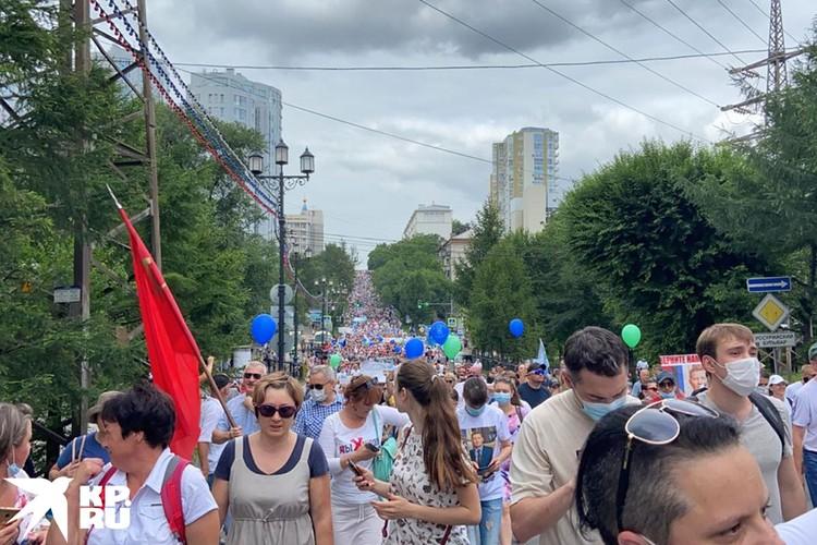 Городские власти сначала говорили о 6,5 тыс. участников на самом ее пике, чуть позже представитель силовиков скорректировал данные до 8 тысяч человек.