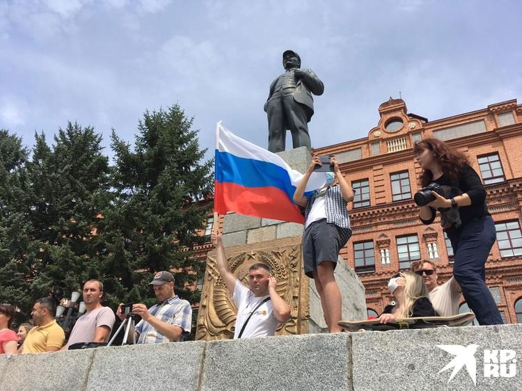 Правда, стоит отметить, что это протестующие стараются компенсировать расширением географии и радикализацией лозунгов.