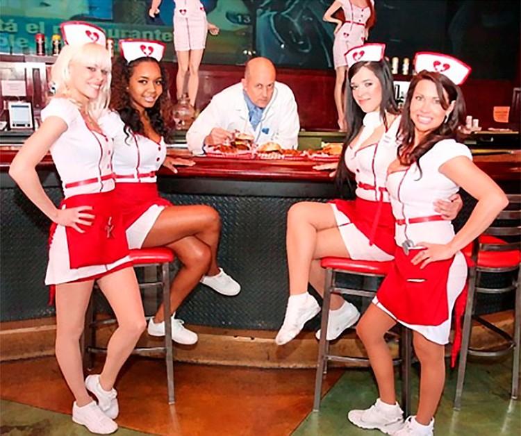 Официантки Heart Attack Grill одеты медсестрами.