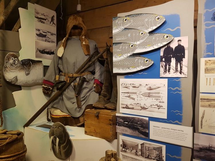 Музей в Варде подробнейшим образом рассказывает о традициях и промыслах поморов - в первую очередь рыболовном и зверобойном.