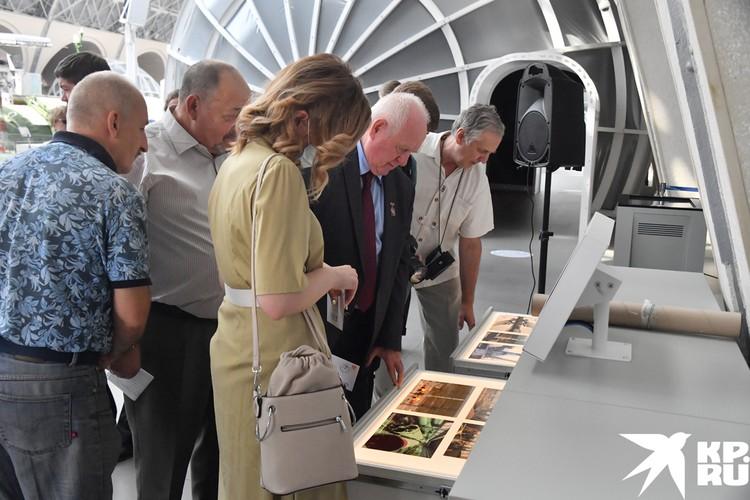 На открытие выставки пригласили ветеранов Байконура, трудившиеся в разные годы на легендарном космодроме.