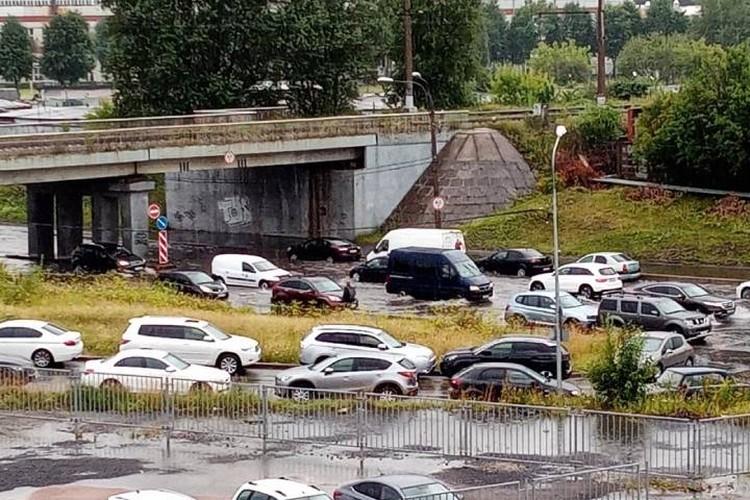 Дорогу затопило под мостом на проспекте Народного Ополчения