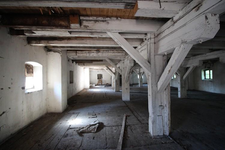 В одном из зданий неплохо сохранились деревянные перекрытия и колонны.