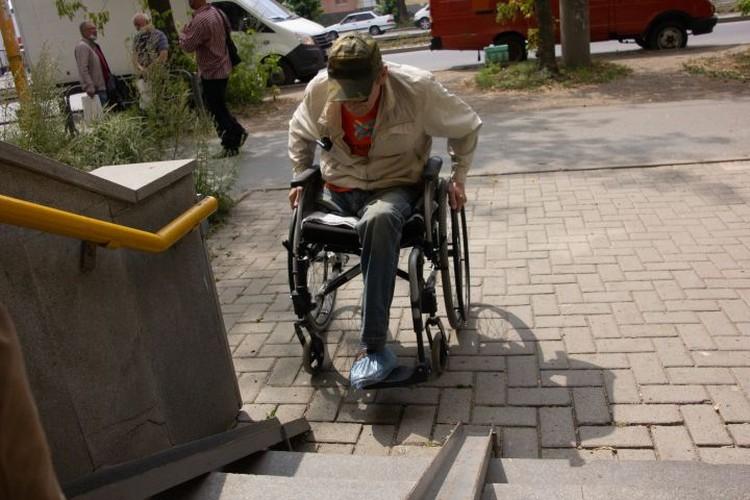 В других магазинах пандусы оказываются слишком узкими, чтобы колеса инвалидного кресла могли по ним ехать.