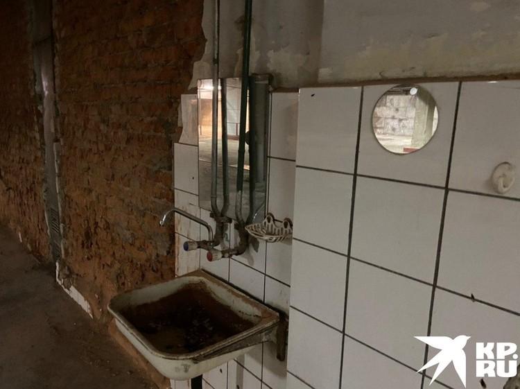 Рукомойник, оставшийся с советских времен. Выглядит так, будто последний раз его использовали тогда же. Фото: Алексей ИВАНОВ