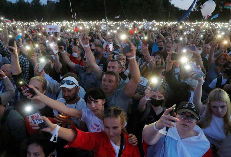 D этом волшебном лесу тысячи белорусов словно светлячки горели в темноте тысячами телефонов.