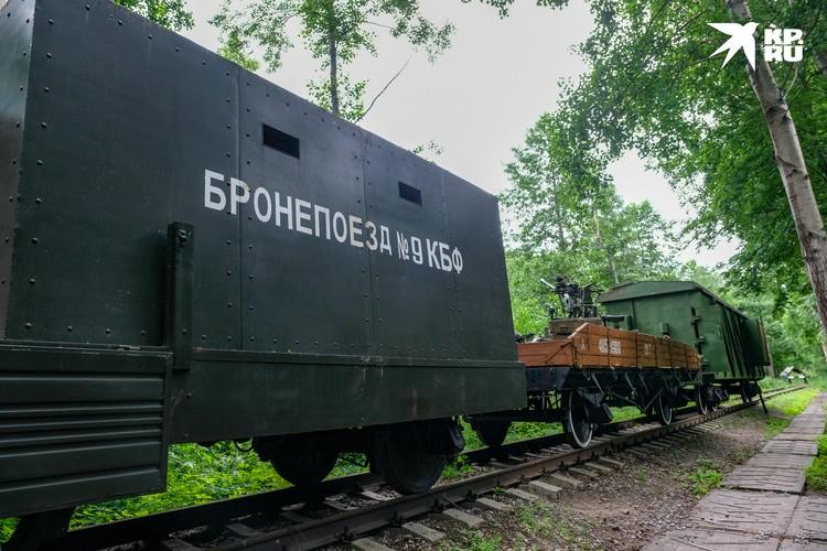 На рельсах стоят экспонаты исторической железнодорожной техники