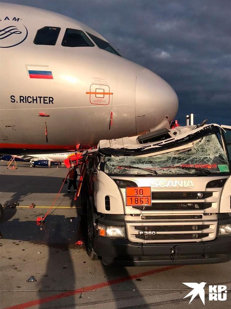 Необычное ДТП произошло в аэропорту «Шереметьево», участниками которого стал грузовик с самолетным топливом и огромный Airbus, припаркованный неподалеку от взлетной полосы.