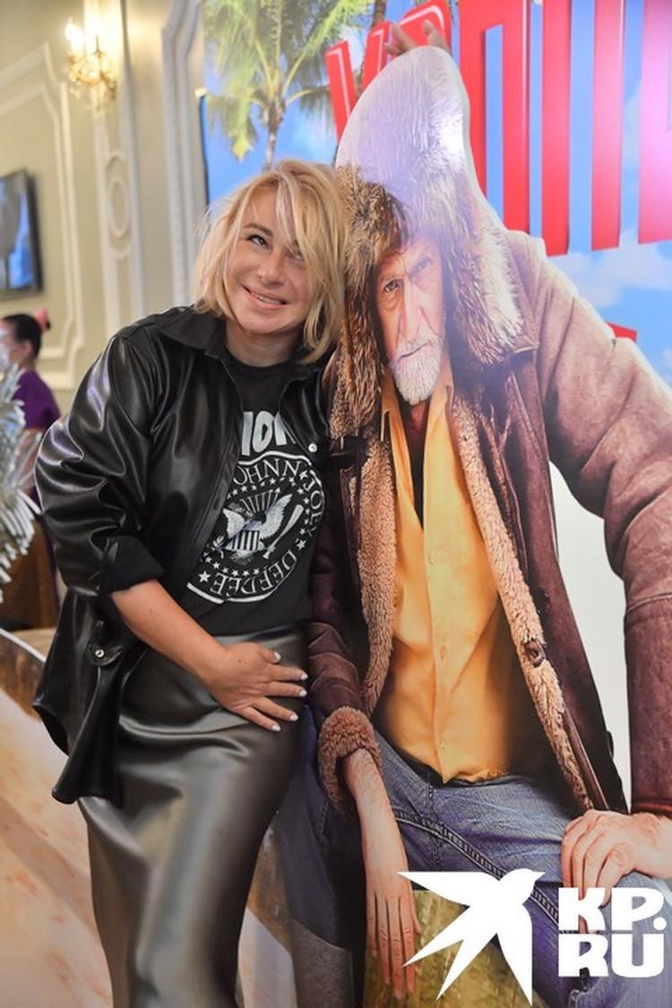 Амбассадор ночных электричек Алена Апина с радостью обнималась с картонной версией актера Михаила Гомиашвили.