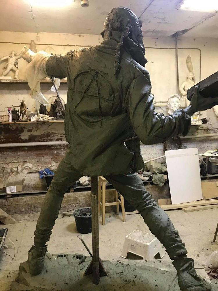 На куртке (возможно, косухе) Летова со стороны спины вырезан значок анархии. Фото: twitter.com/arkhlikbez