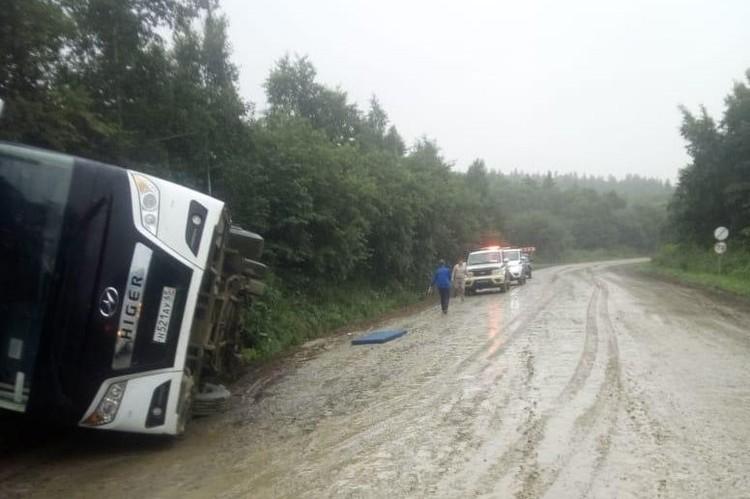 Автобус с дюдьми перевернулся в кювет. Фото: пресс-служба УГИБДД УМВД России по Сахалинской области