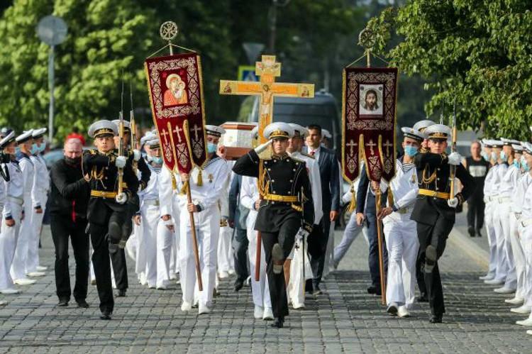 После парада в День Военно-морского флота моряки и офицеры Кронштадта отправились в Никольский собор. Фото: Александр ДЕМЬЯНЧУК/TASS