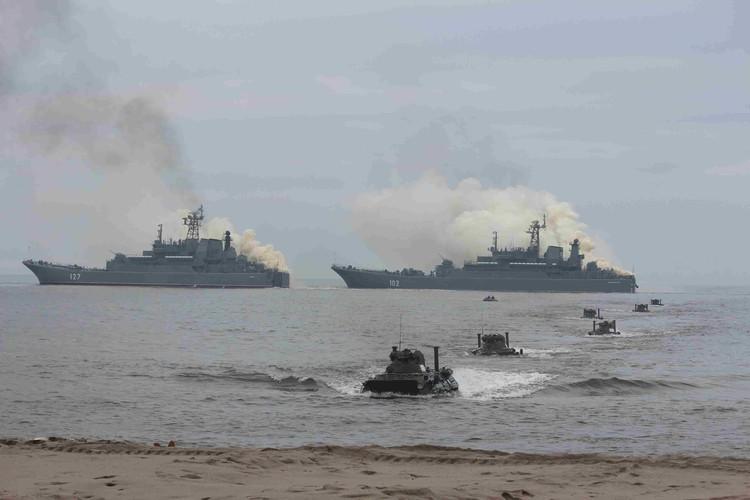 В учениях участвовали более 20 надводных кораблей, катеров и судов обеспечения.