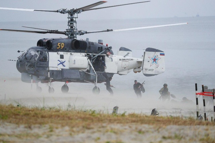Сначала на береговую линию с помощью поисково-спасительных вертолетов Ка-27 ПС высадились группы разграждения инженерных подразделений.