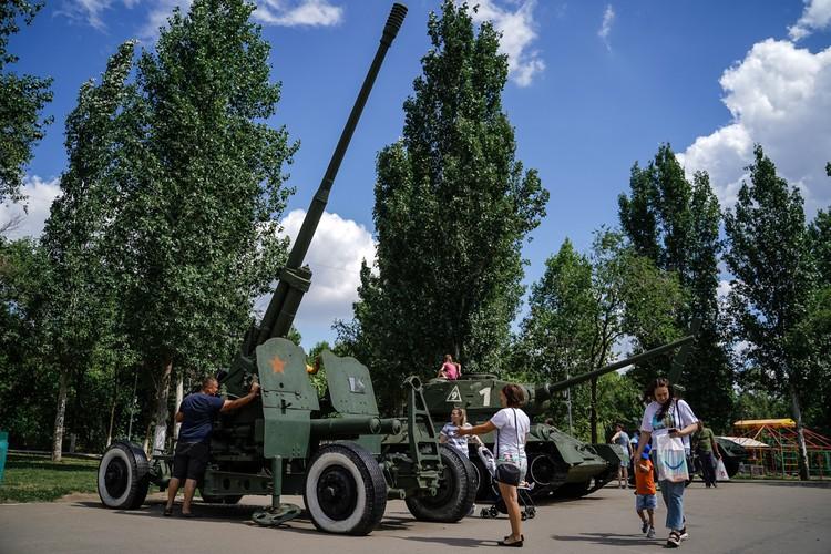 Две пушки, один БТР и самый известный танк Второй Мировой, «тридцатьчетверка», ждут посетителей в парке «Победа»