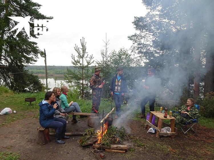 Волонтеры в лагере обсуждают планы на день
