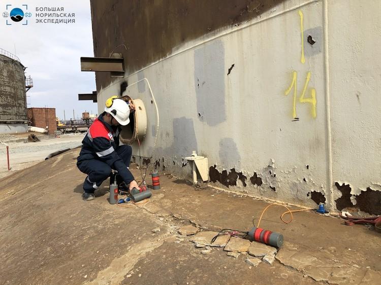 """А это работают геофизики возле резервуаров ТЭЦ. Фото: предоставлено компанией """"Норникель"""""""