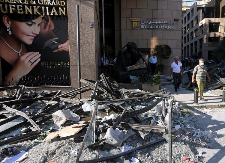 Взрыв в гавани Бейрута повредил тысячи зданий по всему городу.