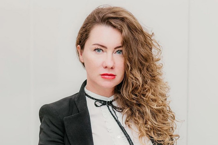 Появление красавицы-блондинки Анны Бутыриной, которая наряду со «звёздным» адвокатом Александром Добровинским теперь представляет интересы потерпевшей стороны в громком деле, стало неприятным сюрпризом для защитника актёра.