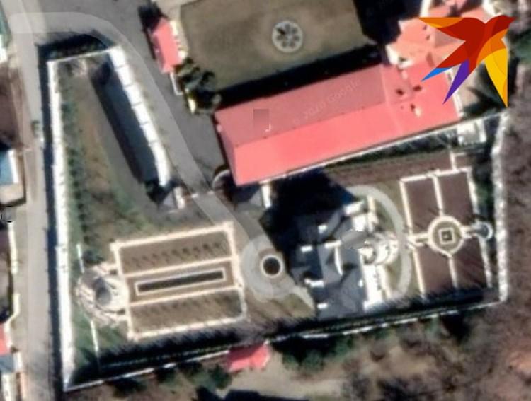 Судя по снимку со спутника, территория вокруг дома шикарно благоустроена - здесь и ландшафтный дизайн, и фонтаны. Да и сам особняк - прямо на берегу реки Кубань