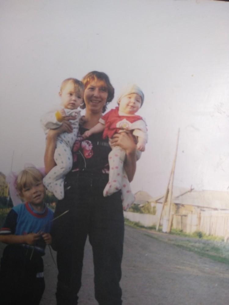 25.07.2002 год, сестра Олеси Марина со своим сынишкой и Таней, которой здесь 7 месяцев Фото: личный архив
