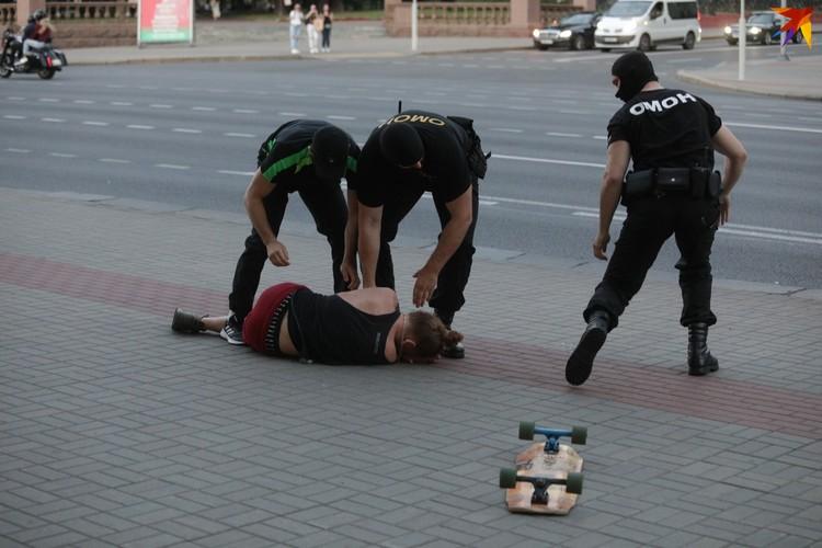На улице физическую силу к парню не применяли - он упал, споткнувшись