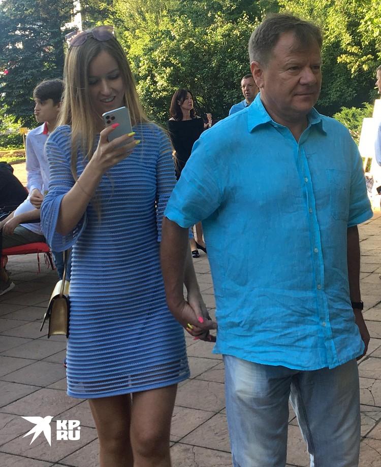 Маэстро Бутман ведет под руку молодую девушку, видимо, Анну Львову, новую подругу из Челябинска