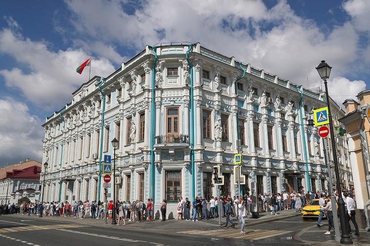 В посольство Белоруссии пришло несколько тысяч человек, выстроившиеся в длиннющую колонну на Покровке. Фото: Станислав Красильников/ТАСС