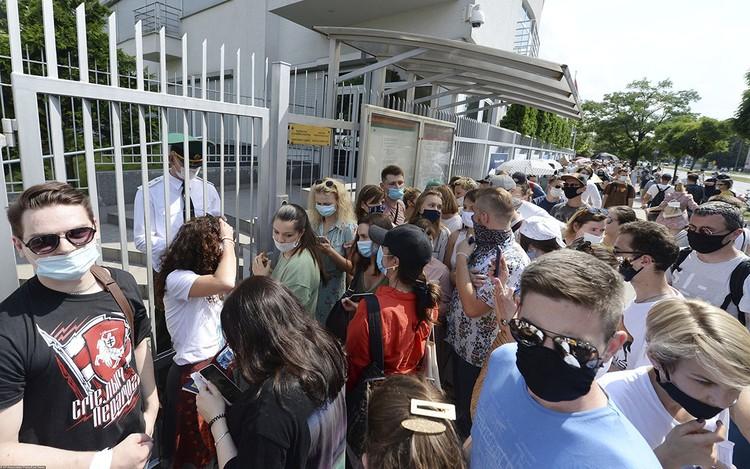 А в Варшаве очередь в посольство растянулась более чем на километр...