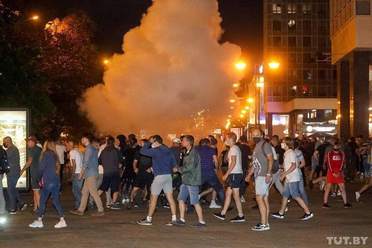 По сообщениям белорусских СМИ, силовиками разрешили применять для разгона протестных акций специальную технику, светошумовые гранаты и слезоточивый газ. Фото: tut.by