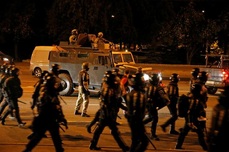 В ночь после выборов на улицы Минска был выведен ОМОН.
